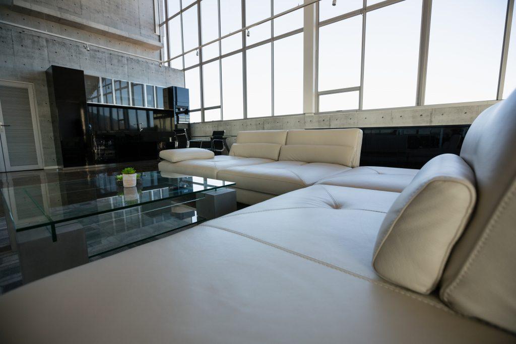 es mejor un sofá oscuro o claro